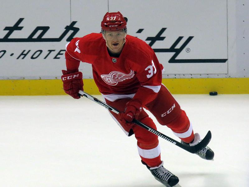 Red Wings Extend Svechnikov